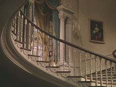 """The staircase at Twelve Oaks in """"Gone with the Wind (can you see Scarlette O'Hara peeping) Wind Movie, Wind Pictures, Southern Plantations, Cotton Plantations, Victorian Farmhouse, Folk Victorian, Interior And Exterior, Interior Design, Southern Homes"""