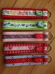 Schlüsselanhänger - Fabric Crafts for Kids and Beginners Diy Sewing Projects, Sewing Hacks, Sewing Crafts, Sewing Tips, Crafts To Sell, Diy And Crafts, Crafts For Kids, Diy Couture, Key Fobs