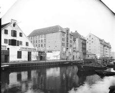 Christianshavns Kanal set mod Wilders Bro, den gamle grynmølle ses i baggrunden, ca. 1887-1918.