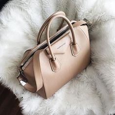 Nude Givenchy Tasche Source by moderntasche bag Luxury Bags, Luxury Handbags, Purses And Handbags, Handbags Online, Cheap Handbags, Fendi, Nude Bags, Givenchy Handbags, Gucci Bags