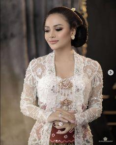 Model Kebaya Modern, Kebaya Modern Dress, Javanese Wedding, Indonesian Wedding, Indonesian Kebaya, Kebaya Wedding, Best Wedding Dresses, Wedding Photoshoot, Amigurumi