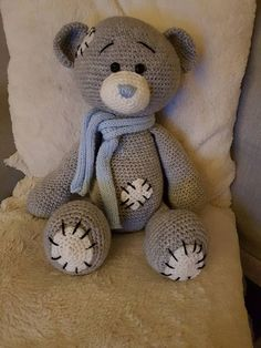 Teddy is made of wool (100% Acrylic) and is about 42 cm high. A super plush soft toy with the ability to name embroidered in the bright shared of the foot sole.