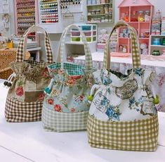 Good Pic Quilting bolsas Concepts You've decided to get started on quilting. You simply can't put it off to complete your majestic tapestry Fabric Handbags, Fabric Bags, Sewing Hacks, Sewing Projects, Sewing Tips, Bear Shop, Diy Bags Purses, Diy Handbag, Creation Couture