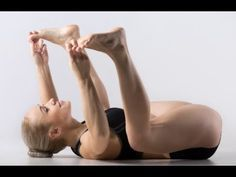 A bad posture at work, no exercise, a sedentary lifestyle, unhealthy food – there are a lot of causes of hip pain. Considering yoga for hip pain relief can be a wise option Sleep Yoga, Bedtime Yoga, Baby Sleep, Bedtime Stretches, Yoga Do Sono, Asana, Hip Fat Exercises, Yoga Exercises, Joseph Pilates