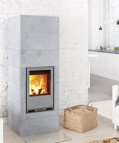 Pellet stove look Tulikivi Hiisi 2 is a soapstone masonry heater which can burn either wood or pellet. Wall Mounted Fireplace, Small Fireplace, Stove Fireplace, Stove Heater, Pellet Stove, Us White House, Modern Log Cabins, Wood Fuel, Home And Living
