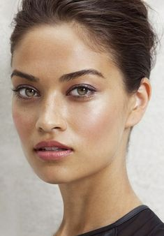 strong, sharp brows, slight smokey lilac eyeshadow. bronzey, baby pink, highlighted lips.