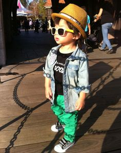 Pequeno estiloso com camisa jeans e calça colorida.