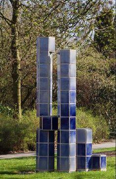 Herkenningselement blauw. Kunstenaar: Yvonne Keijser.  Locatie: Stationsplein Zevenaar (gemeente Zevenaar).  Materiaal: keramische tegels.