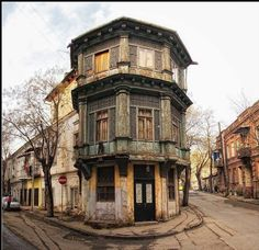 Tbilisi old town Beautiful Streets, Beautiful Buildings, Beautiful Places, Abandoned Houses, Abandoned Places, Georgia Country, Georgian Architecture, Istanbul, Photo Corners