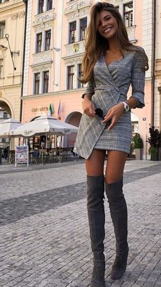 Caught the eye! Blazer Outfits, Fall Outfits, Black Leather Mini Skirt, Autumn Clothes, Cute Skirts, Short Skirts, Feminine Style, Feminine Fashion, Hipster Outfits