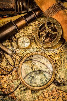 Vintage förstoringsglas ligger på en antika världskarta — Stockbild #22942940