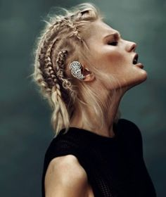 This is what women have on their heads this year: the Lathgertha look. Cheveux Lagertha, Lagertha Hair, Viking Braids, Mens Braids, Fancy Hairstyles, Braided Hairstyles, Viking Hairstyles, Vikings Hair, Prom Hair