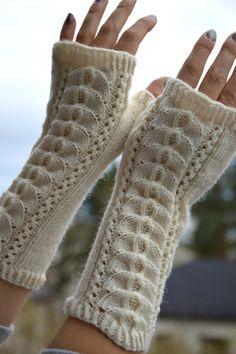 KARDEMUMMAN TALO: Kämmekkäät pitsillä Knitted Mittens Pattern, Knit Mittens, Knitted Gloves, Knitting Socks, Hand Knitting, Knitting Patterns, Wrist Warmers, Hand Warmers, Fingerless Mitts