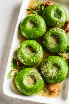 Zielone kluski śląskie (ze szpinakiem) - Poezja smaku Gnocchi, Doughnut, Feta, Food And Drink, Drinks, Desserts, Recipes, Pierogi, Cos