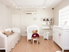Quarto de Bebê com piso de madeira e papel de parede - by Celina Dias Bebê