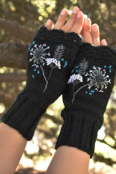 Hand knitting arm warmers with wild flowers, embroidered fingerless gloves with dandelion. Crochet Gloves Pattern, Mittens Pattern, Floral Gloves, Crochet Hooded Scarf, Crochet Dragon, Manta Crochet, Fingerless Gloves Knitted, Crochet For Kids, Beautiful Crochet