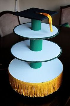 Easy #DIY green and gold cupcake stand for a Baylor graduation party.