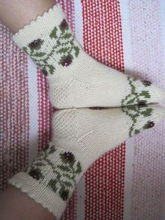 Knitting Socks, Knit Socks, Marimekko, Mittens, Christmas Stockings, Knitting Patterns, Holiday Decor, Crochet, How To Make