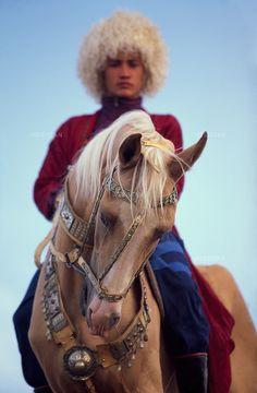 1997. A Turkmen in traditionnal clothes rides a golden Akhal-Teke horse. Un Turkmène en habit traditionnel monte un cheval Akhal-Teke couleur dorée.