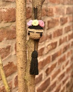 Frida Colgante a Crochet - Hecho Con Dulce Amor Crochet Keychain, Crochet Bookmarks, Crochet Toys, Crochet Baby, Knit Crochet, Knitting Projects, Crochet Projects, Amigurumi Patterns, Crochet Patterns