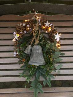 Kerstdecoratie tegen rugleuning van schommelbank.