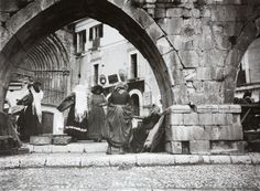 The market at the arches of the medieval aqueduct, Sulmona, Italy, 1909. Photo by Thomas Ashby.