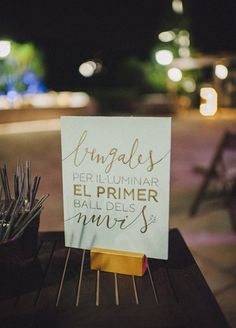 Wedding Planner: Detallerie. Cartel en madera de color menta con caligrafía dorada y bengalas para el primer baile de los novios. Wooden mint sign with gold calligraphy and sparklers.