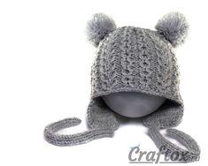 Вязаная спицами детская зимняя шапка с ушками и помпонами для девочки. Вид спереди.