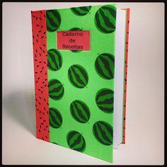 Mais um modelo de Caderno de Receitas. #andreascrapecia #book #bookarts #bookbinder #bookbinding #cook #craft #caderno #cozinha #costuropapel #comprodequemfaz #caderdodereceitas #encuadernacion #encadernacaomanual #food #feitoamao #handmade #kitchen #livrodereceitas #papel #receitas #tecido #melancia