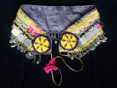 Gelber Tribalgürtel mit Metallfransen Vintage von neemaheTribal