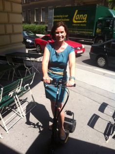 The Ladies Urban Choice for mobility - the uCARVER. Die Frau Doktor genießt die Ausfahrt mit der Carbon Edition des uCARVER.