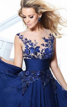Vestido de noche azul bordado