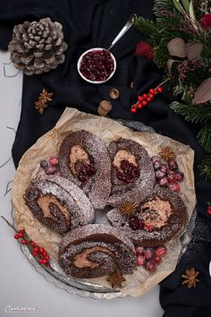 Winter roulade with gingerbread cream filling cranberries - Christmas roulade - Winter Desserts, Yule, Sweet Recipes, Cake Recipes, The Joy Of Baking, Austrian Recipes, Easy Smoothie Recipes, Cupcakes, Vegan Thanksgiving