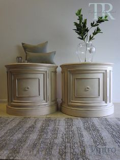 A gallery of projects that Taylored Revival has undertaken for clients using Chalk Paint™ including many before and after photos. Black Chalk Paint, Chalk Paint Colors, Paint Furniture, Furniture Projects, Decorative Paint Finishes, Set Of Drawers, Classic Gold, Traditional Design, Diy Painting