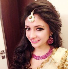 3 stunning indian wedding makeup looks for cocktail and sangeet Indian Wedding Makeup, Wedding Makeup Looks, Cute Hairstyles, Wedding Hairstyles, Indian Reception, Bridesmaid Hair Half Up, Pretty Nail Colors, Nyc, Wedding Videos