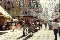 Fotografía de Calle Larios en un día de Feria (1961).  La Feria de Agosto de Málaga tiene su origen en la conmemoración de la Reconquista de la ciudad por parte de los Reyes Católicos en 19 de agosto de 1487. Se acordó que fuera una celebración anual el día de Santa María de agosto o de la Asunción, como agradecimiento por la victoria obtenida, en la que se correrían cuatro toros. La Fiesta se instauró el 15 de agosto de 1491, aunque al año siguiente el obispo fijó la fecha en el 19 de…