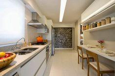 Cozinha com cortina rolô translúcida