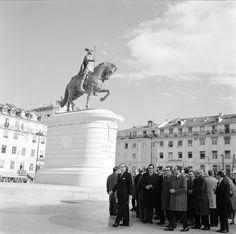 Inauguração do monumento a Dom João I, situado na Praça da Figueira, Lisboa. Data da inauguração: 30/12/1971. Autoria da estátua: Leopoldo de Almeida. Fotógrafo: Estúdio Horácio Novais. Data de produção da fotografia original: 1971