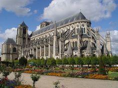 Catedral de Saint-Étienne de Bourges, considerada como una de las joyas del Arte gótico francés. 1195-1214. Bourges influyó notablemente en la concepción de otras catedrales europeas: La Catedral de Notre-Dame de París (construida anteriormente, pero cuya bóveda se realizó después del éxito que obtuvo una innovación técnica llevada a cabo en Bourges: el arco arbotante o contrafuerte), la de Le Mans, la de Coutances, o la de Toledo.