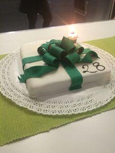 Torta di compleanno, millefoglie crema e cioccolata ricoperta da pasta di zucchero