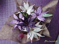 Vista completa del centrotavola con fiori in carta bianca e glicine