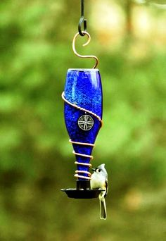 Кормушка для птиц из стеклянной бутылки