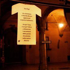 T-shirt nella notte per l'intimità poetica bolognese.
