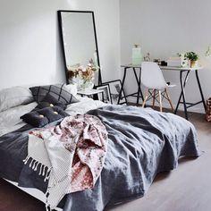Schönes Futtonbett mit grauer Tagesdecke und kleinem Tisch.   Schlafzimmer, Bedroom, Bed, Bett, Futton,