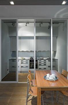 Das inova Schiebetür-System swing in mit schwarzem Glas mit einem Alu-Rahmenprofil. Verbaut als Raumteiler zwischen #Kueche & #Esszimmer | #Schiebetueren | Weitere Infos zum Thema Küche und Esszimmer finden Sie hier: http://www.inova-wohnen.com/kueche-und-esszimmer-rauspar-moebel/