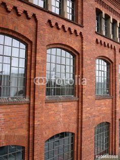 Rotbraune Backsteinfassade einer ehemaligen Fabrik, im Stil der Gründerzeit erbaut, in Frankfurt-Fechenheim