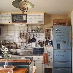 ブルーにペイントされた冷蔵庫がかっこいい!ブルックリンスタイルのキッチンによく合います。シャビーな感じにしているのもいいですね。