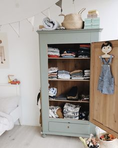 Room Tour РFelix Room Wundersch̦nes Kinderzimmer mit besonderen Details & einem mintfarbigen Vintage Holzschrank Related Girls Room Decor Ideas to Change The Feel of The DIY Projects for The Budding GeniusThe. Painting Antique Furniture, Painted Furniture, Vintage Furniture, Deco Furniture, Furniture Stores, Luxury Furniture, Furniture Design, Kids Room Furniture, Victorian Furniture