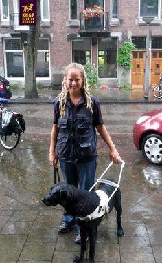 Wat een hondenweer! Trainer in opleiding Marianne en toekomstige geleidehond Vasha werden vanmiddag overvallen door de regen, maar staan er nog stoer bij!