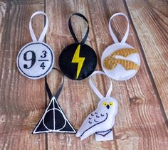 Harry Potter Inspired Ornament Sets, DIY and Crafts, Christmas Tree Quotes, Harry Potter Christmas Ornaments, Felt Christmas Decorations, Christmas Tree Themes, Christmas Humor, Harry Potter Navidad, Harry Potter Weihnachten, Deco Harry Potter, Felt Crafts